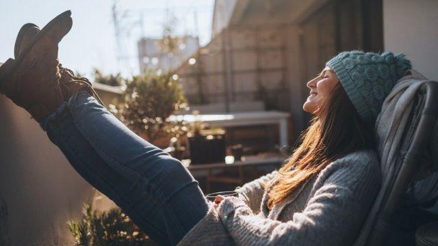 žena se sunča