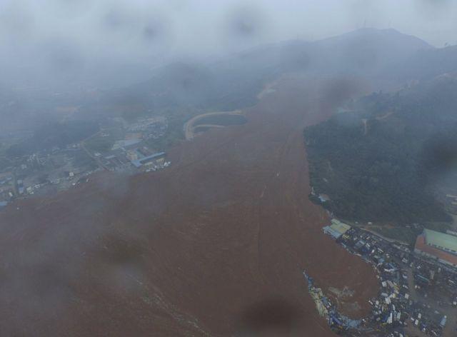 土砂崩れ現場の空撮写真(20日)