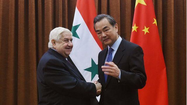 Çin Dışişleri Bakanı Wang Yi, Suriye Dışişleri Bakanı Velid Muallim ile Pekin'deki görüşmesi öncesi kameralara poz veriyor (24 Aralık 2015)