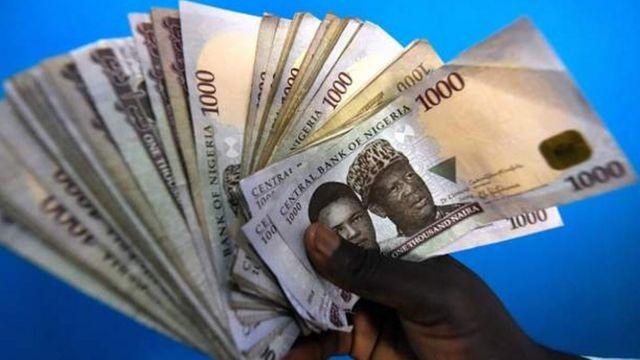 Le naira, la monnaie nigériane, a perdu de sa valeur à cause de la baisse des prix du pétrole.