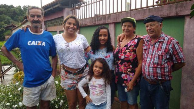 Da esquerda para direita, Manuel (que está desaparecido), Valda (filha de Vera), a neta de Vanda, uma amiga da família, Vera e Geraldo, em frente do portão da casa que foi destruída