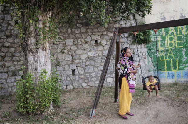 Cette femme originaire du Bangladesh est avec son fils