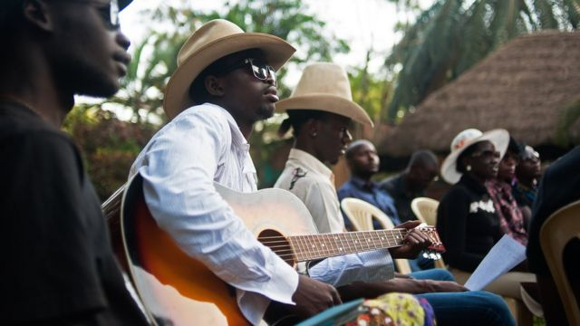 Churchill Olum acuranga gitari i Kampala