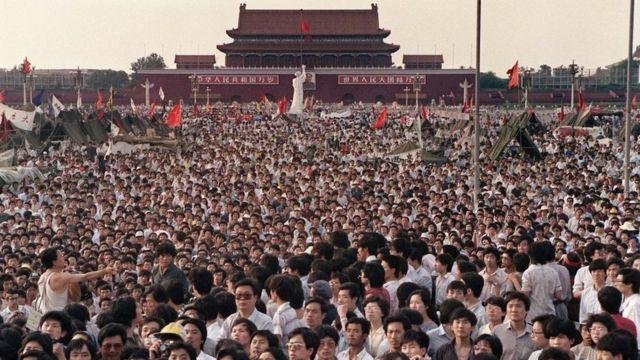 Manifestantes na Praça da Paz Celestial em 1989
