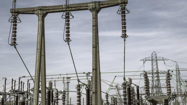 أعمدة ضخمة في شبكة كهرباء