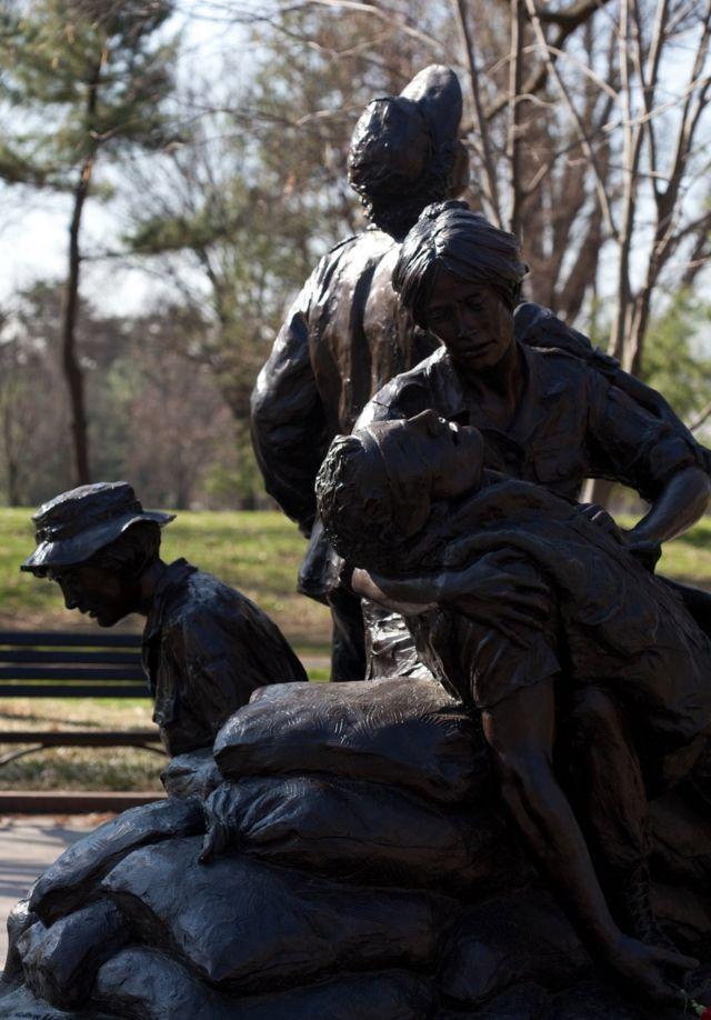 """El monumento conmemorativo a las Mujeres de Vietnam está situado a pocos metros de la """"Pared de Vietnam"""" (The Wall)."""