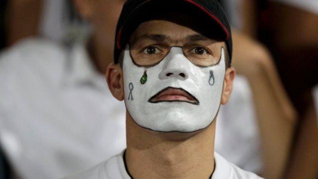 Hombre con lágrimas pintadas en el rostro