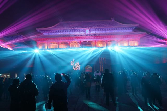 紫禁城南门午门在绚丽的灯光下,呈现出不同颜色。