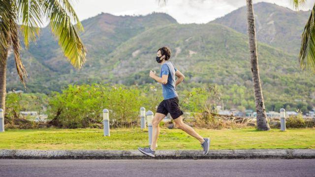 رجل يمارس رياضة الجري