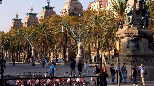 Испан шаарлары унаа менен жүргөнгө караганда жөө сейилдөөгө ыңгайлуу шарттарды түзгөн