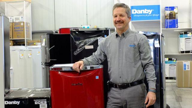 Jim Estill à l'usine de Danby