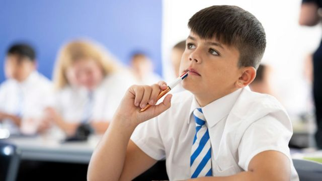 طفل في فصل دراسي في كارديف، ويلز