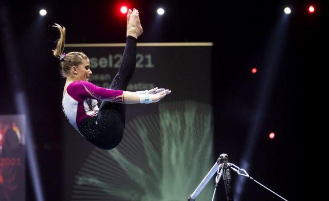 Elisabeth Seitz se apresenta durante a final geral feminina do Campeonato Europeu de Ginástica Artística de 2021 em Basel, na Suíça
