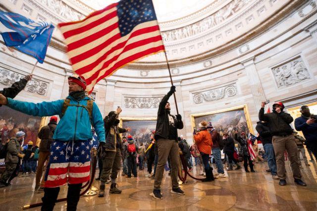 抗议者挥舞着美国国旗闯进了美国国会大厦圆形建筑