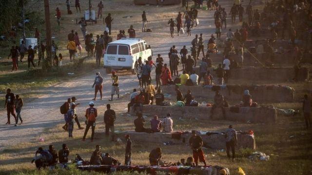 Migrantes que buscan asilo en EE. UU. descansan cerca del Puente Internacional entre México y EE.UU. mientras esperan ser procesados, en Del Rio, Texas, el 16 de septiembre de 2021.
