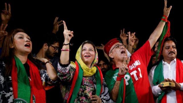 هواداران عمران خان پیروزی او را جشن گرفته اند