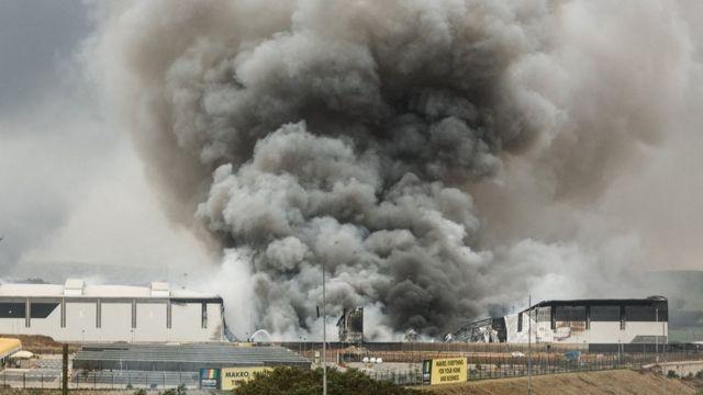 Durban'da ateşe verilen bir bina.