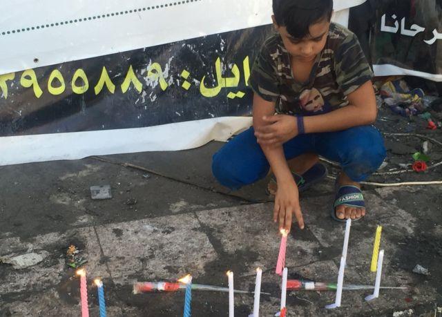 Мальчик на месте теракта в Багдаде