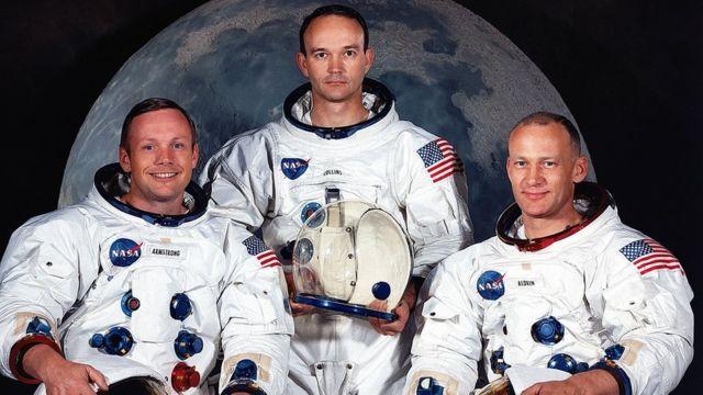 Astronauts Neil Armstrong ඇපලෝ 11 යානයේ ගනම් ගත් නීල් ආම්ස්ට්රෝන් (වම් පසින්), මයිකල් කොලින්ස් සහ එඩ්වින් ඕල්ඩ්රින් (දකුණු පසින්)