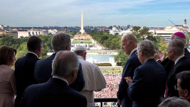 O papa Francisco e Joe Biden, que na época era vice-presidente dos Estados Unidos, em foto de setembro de 2015, durante visita do pontífice a Washington