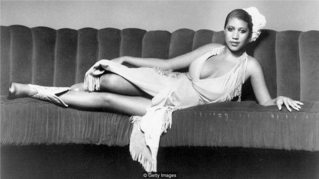 她的《尊重》、《愚人鏈》等歌曲,配以其特有的風格和表演形式,讓她成為一個新興的、毫無悔意、永不妥協的女性形像代表。