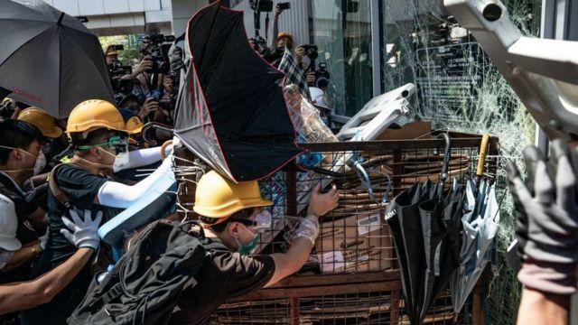 протестующие разбивают двери
