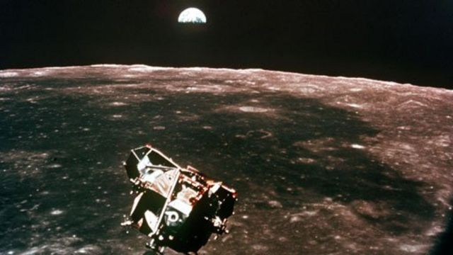 Módulo lunar de la misión Apolo 11 sobre la superficie de la Luna y la Tierra en el horizonte