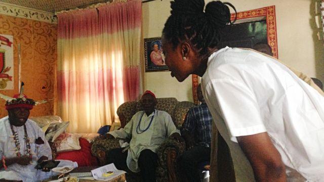 Oge Maduagwu s'inclinant pour saluer un dirigeant traditionnel, lors d'une de ses réunions de plaidoyer