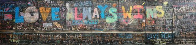 Пожелания любви и толерантности были написаны на стене в Шарлоттсвилле после вспышки насилия