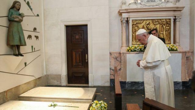 El Papa rezando en el Santuario de Fátima.