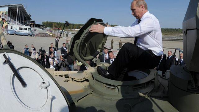 Putin metiéndose a un tanque