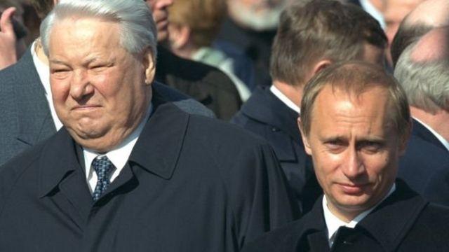 Boris Yeltsin dan Putin pada parade Hari Kemenangan di Lapangan Merah Moskow bulan Mei 2000.