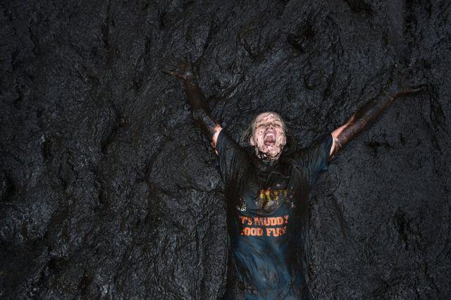 躺在泥裏的參賽者