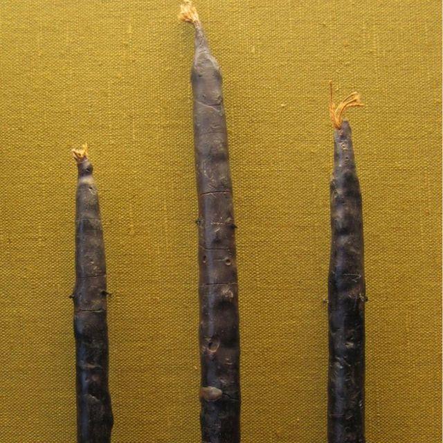 Estas 3 velas de cera de panal de abejas encontradas en Alemania datan del siglo VI o principios del VII y son las más antiguas que hay al norte de los Alpes. Este tipo de velas eran costosas.
