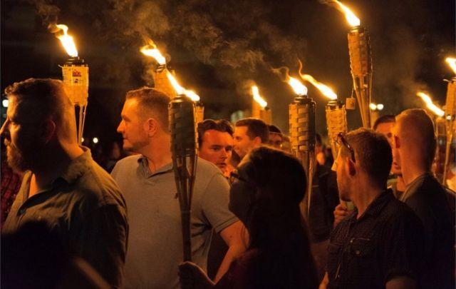 燃えるたいまつを手にバージニア大学キャンパス内を行進する白人ナショナリストたち(11日、シャーロッツビル)