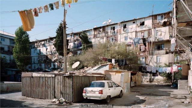 Bakının şimalı həmçinin, Ermənistanla hələ də davam edən sərhəd münaqişəsi üzündən didərgin düşən və qaçan insanların evidir