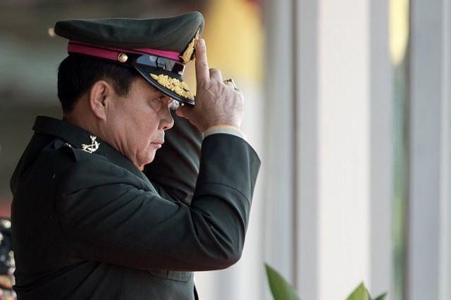 พล.อ.ประยุทธ์ จันทร์โอชา ชมขบวนพาเหรดของกองทัพเนื่องในโอกาสที่เขาเกษียณอายุจากตำแหน่งผู้บัญชาการกองทัพบก ที่โรงเรียนนายร้อยฯ นครนายก 29 ก.ย. 2557