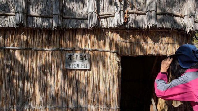 كوخ يعود لأفراد من شعب الآينو