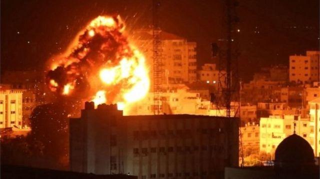 Bola api tercipta di Gaza setelah militer Israel mengklaim telah melancarkan serangan udara.