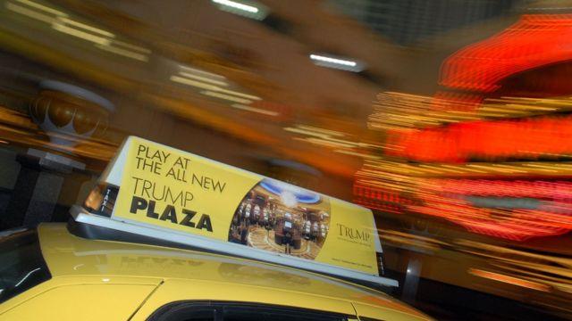 Taxi con publicidad de un casino Trump