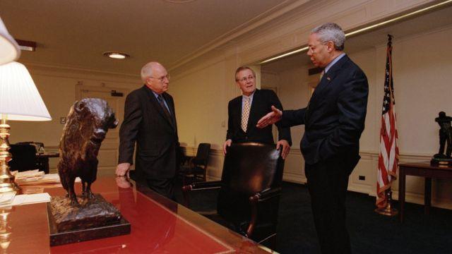 از راست: کالین پاول (وزیر خارجه وقت)، دونالد رامسفلد (وزیر دفاع وقت) و دیک چینی (معاون رئیسجمهور در دوران جورج بوش) به عنوان طراحان اصلی جنگ عراق ۲۰۰۳. از این جمع تنها اعتقادات دیک چینی به جان بولتون شباهت بسیاری دارد.