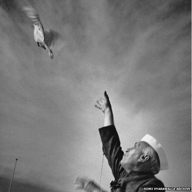 दिल्लीत 1950 मध्ये आयोजित केलेल्या एका कार्यक्रमात जवाहरलाल नेहरूंचा पारव्याला आकाशात सोडतानाचा हा फोटो होमी यांनी टिपला आहे.