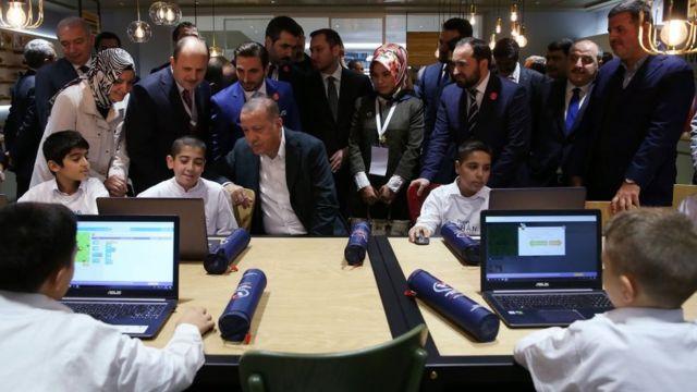 Cumhurbaşkanı Erdoğan, açılışını yaptığı TÜGVA Genel Merkezi'ni gezmişti