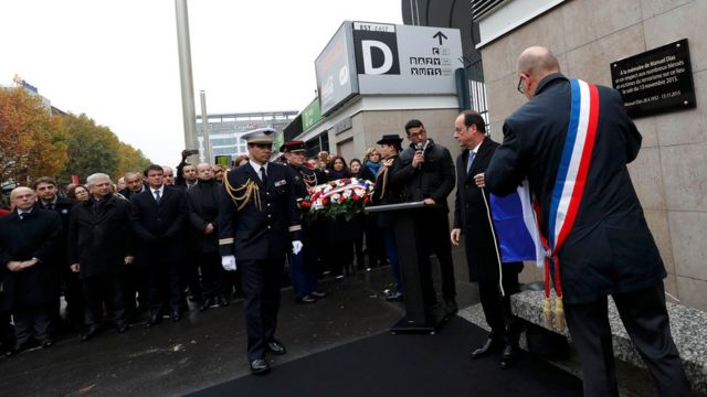Prezident Hollande və Saint-Denis meri Didier Paillard Fransa Stadionunun qarşısındakı lövhənin açılış mərasimində iştirak edib