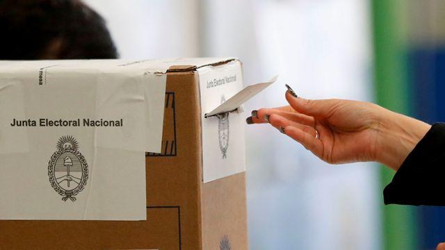 Una urna en las elecciones primarias de Argentina