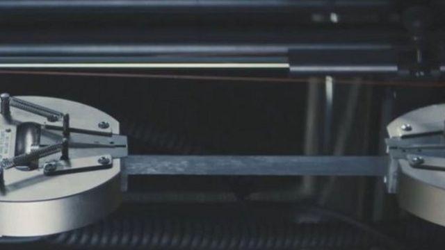 Графенден жасалган резина сыноодон өтүп жатат