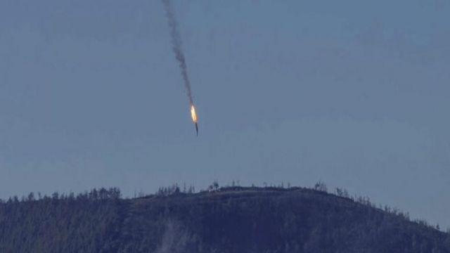 トルコ戦闘機に撃墜され墜落するロシア攻撃機