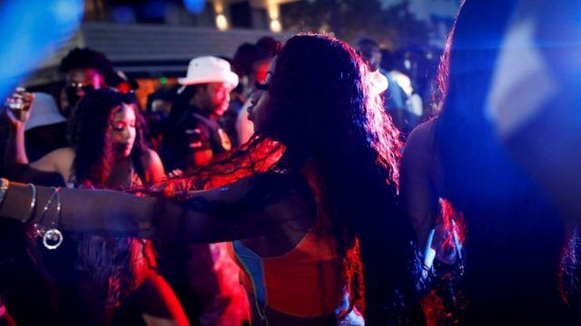 Personas bailando en la calle en Miami Beach.