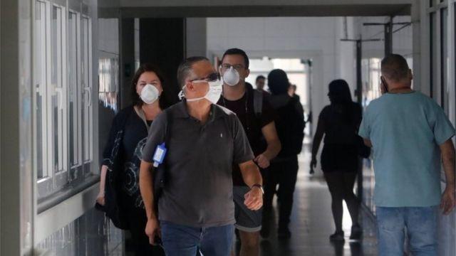 Personas caminan en un hospital de Chile