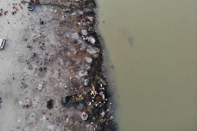 Foto de 5 de maio mostra pontos de cremação às margens do rio Ganges